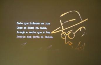 As paredes estão repletas de mensagens e passagens do poeta.